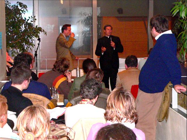 El P. Pedro Barrajon, L.C., dirige una plática en el Café Vocation.com «Le bistrot du Curé».