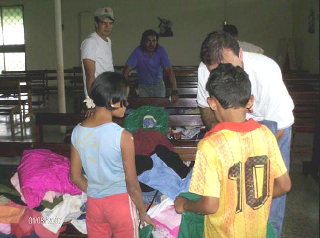 Los jóvenes misioneros repartieron ropa a los niños del centro comunal Miravalles, quienes llevaron también para sus familiares.