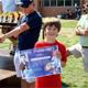 Uno de los pequeños recibe el diploma Juan Pablo II, por su tenacidad en cumplir los objetivos del torneo.