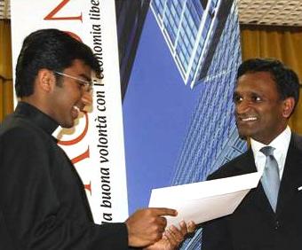 El Sr. Kishore Jayabalan, director de Acton Institute, entrega el diploma a uno de los participantes.