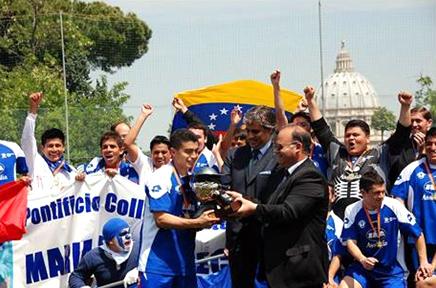 El presidente nacional del <i>Centro Sportivo Italiano</i>, Elio Constantini, entrega el trofeo al capit&aacute;n del equipo del Colegio Maria Mater Ecclesi&aelig;.