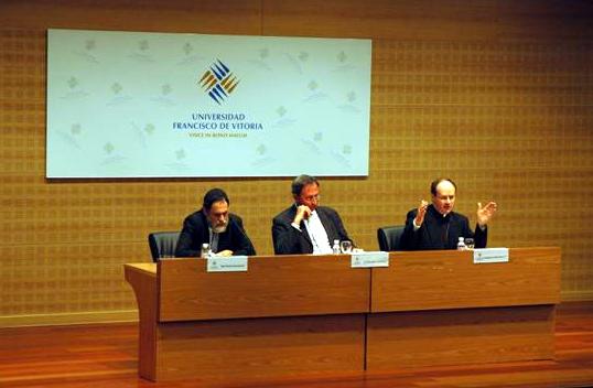 De izquierda a derecha: Rabino Moshé Bendahan, Doctor D. Salvador Antuñano (profesor de la Universidad Francisco de Vitoria), y P. Florencio Sánchez, L.C.