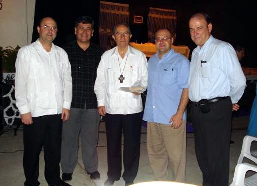 De izquierda a derecha, el P. Gonzalo Miranda, L.C., Lic. Raúl Cabrera (director de la UNID Acapulco), Mons. Felipe Aguirre Franco, Lic. Antonio Gracia y Dr. Oscar J. Mart.