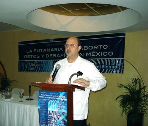 P. Gonzalo Miranda, L.C., durante su ponencia en el congreso de bioética.