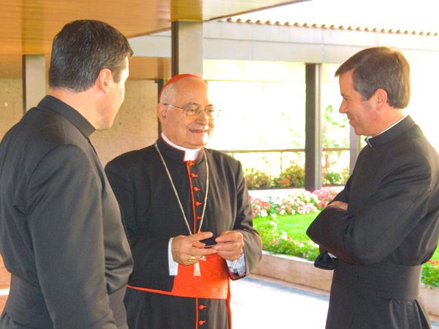 El Card. Salvatore de Giorgio saluda a los padres Álvaro Corcuera, L.C. (derecha) y Jacobo Muñoz, L.C. (Izquierda)