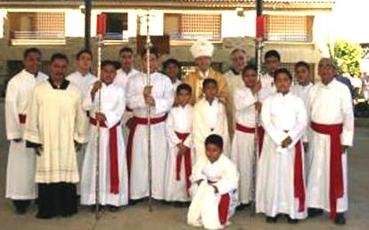 Obispo, acólitos y padres que visitaron las instalaciones del CIDECO.