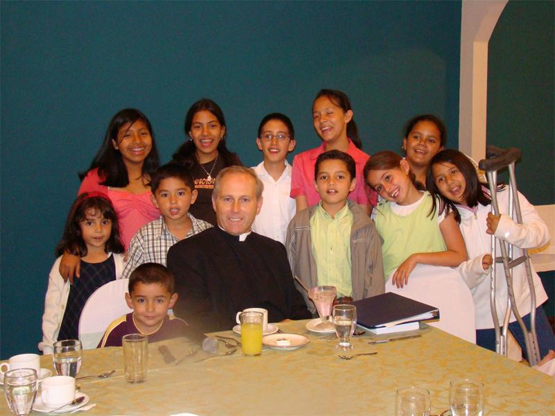 El P. Peter Byrne, L.C., con algunos niños participantes en la convivencia familiar.