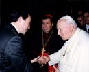 El Papa Juan Pablo II saluda a Diego de Robina, presentado por el Card. Norberto Rivera Carrera, arzobispo primado de México.