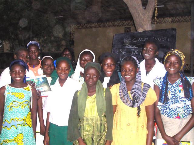 """Miembros del club del ECYD Challenge en Chad, África. Al fondo, en la pizarra, puede leerse """"Regnum Christi"""""""