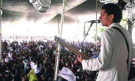 César Vega, miembro de Juventud  Familia Misionera de Toluca, ofreció un concierto durante el encuentro juvenil.