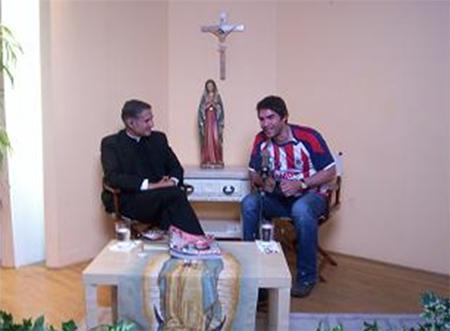 El P. Juan Rivas, L.C., entrevistando a Eduardo Verástegui, en un escenario de Guadalupe Radio.