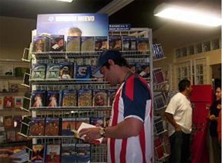 Eduardo Verástegui se tomó un tiempo para visitar la librería de �Hombre Nuevo�.