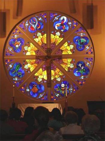 Catequistas y evangelizadores ante Cristo crucificado en la parroquia de Saint Michael en Gainesville, perteneciente a la diócesis de Atlanta.