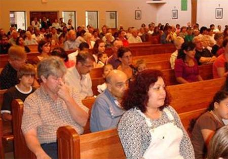 Los participantes en el curso de formación durante la santa misa.