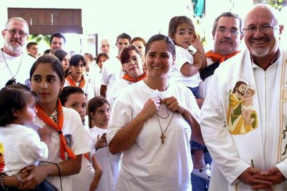 «Miembros de Familia Misionera con el P. Juvencio González, párroco en San José del Cabo. El P. Juvencio dio su bendición e impuso la cruz a los misioneros, antes de que éstos salieran hacia la comunidad de Santiago».