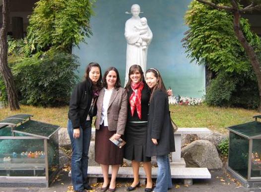 La señorita Silvia Bermúdez (segunda de izquierda a derecha) se desplazó de Filipinas a Seúl para dirigir un retiro a jóvenes de Corea.