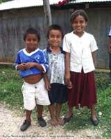 Tres niños indígenas de México