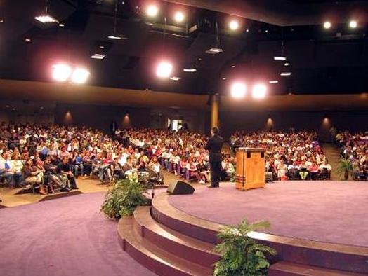 El Dr.  Grover Bravo ante el auditorio, impartiendo el seminario para padres de familia.