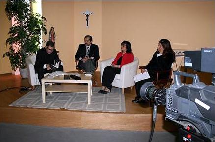 El P. Juan Rivas, L.C., con panelistas durante una grabación.