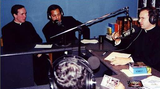 Grabación de un programa de radio de Hombre Nuevo con la participación de algunos legionarios de Cristo.