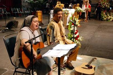 La Hermana Glenda y Tony Meléndez cantando durante la hora santa y contribuyendo al fervor de los asistentes.