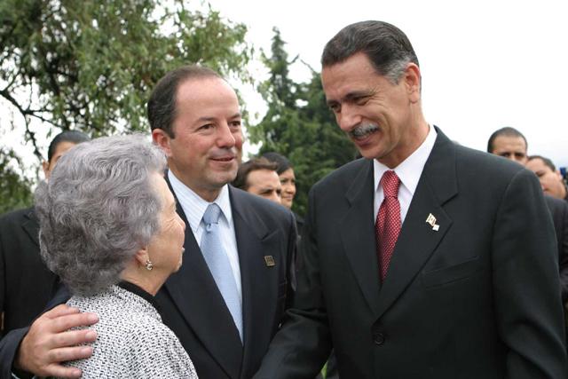Javier Vargas, su mamá y el Lic. Carlos Abascal
