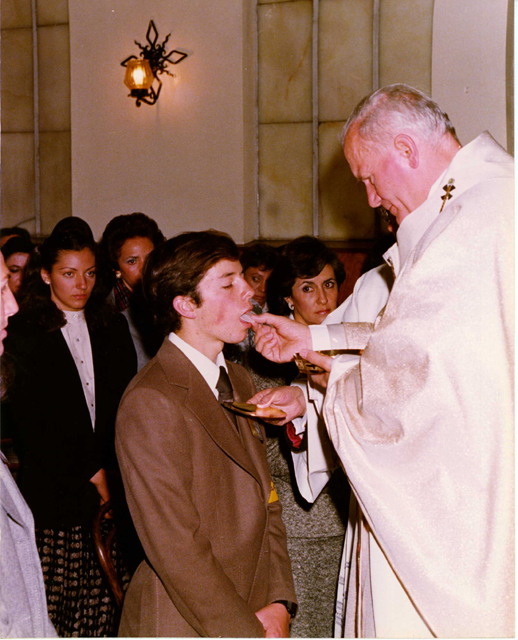 Javier Vargas, recibe la comunión del Santo Padre