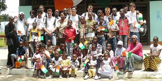 Los misioneros durante la visita a un orfanato.