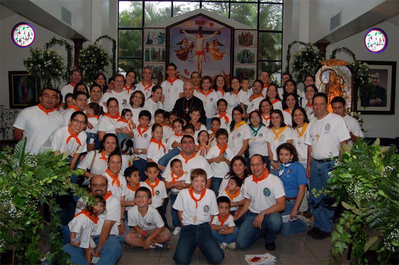 Grupo de Juventud y Familia Misionera de El Salvador con Mons. Luigi Pazzuto, Nuncio Apostólico de El Salvador.