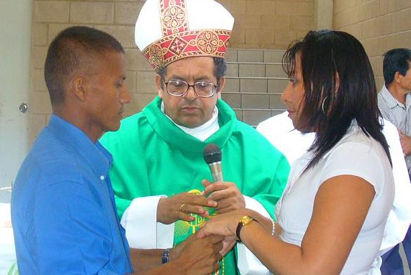 Mons. Elías Samuel Bolaños, obispo de Zacatecoluca, celebra el sacramento del matrimonio durante las misiones organizadas por Juventud y Familia Misionera.