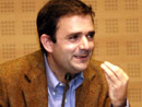 """Íñigo Sáenz de Miera durante la conferencia """"La familia y uno más""""."""