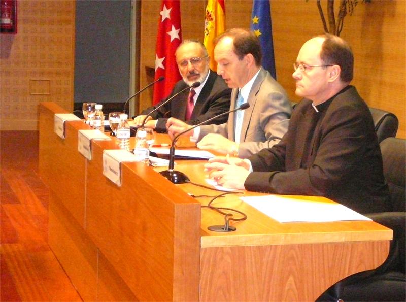 De izquierda a derecha: Rabino Baruj Garzón, José Antonio Verdejo, secretario general de la Universidad Francisco de Vitoria, y el P. Florencio Sánchez, L.C.