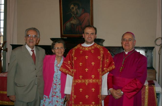 P. Luca Frontali, L.C. insieme alla sua famiglia e a S.E.R. Mons. Claudio Stagni