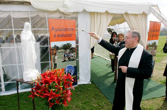 P. José G. Cárdenas L.C., director territorial de Chile, bendice la imagen de la Virgen María que acompañará la construcción del nuevo colegio Mano Amiga.
