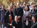 El P. Ángel Espinosa de los Monteros, L.C. con las familias que renovaron sus promesas matrimoniales.