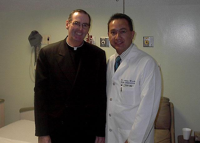 P. James McKenna, L.C. y uno de los médicos que le operaron, de la primera generación de la escuela Mano Amiga.