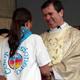 El P. Álvaro Corcuera, L.C. saluda a una señorita de Color Misionero en la misa de clausura de la Megamisión 2008. A la izquierda está el P. Rodolfo Mayagoitia, L.C., y a la derecha el P. Leonardo Núñez, L.C.