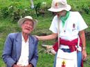 Maritza Roldán encuentra un señor anciano durante las misiones de Semana Santa 2007.