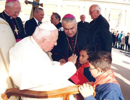 Membri del Villaggio salutano Papa Giovanni Paolo II.