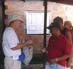 Doctor entregando medicamentos a sus pacientes, Misiones Médicas Amazonas