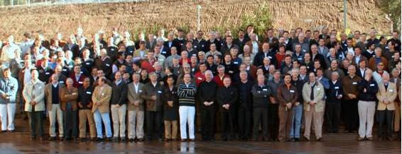 Mons. Andrés Arteaga y el P. José G. Cárdenas, L.C. con señores del Movimiento Regnum Christi de Santiago de Chile.