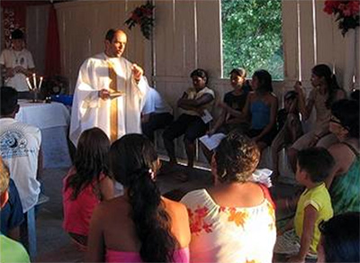 El P. Peter Shekelton dirige la homilía en una capilla de la Amazonia.