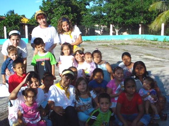 Algunas señoritas que desempeñaron una labor pastoral en la comunidad �El Apartadero�.