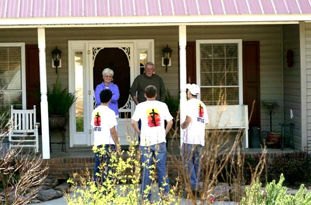 Jóvenes misioneros visitando casas en los Estados Unidos e invitando a las familias a participar en las ceremonias de Semana Santa.