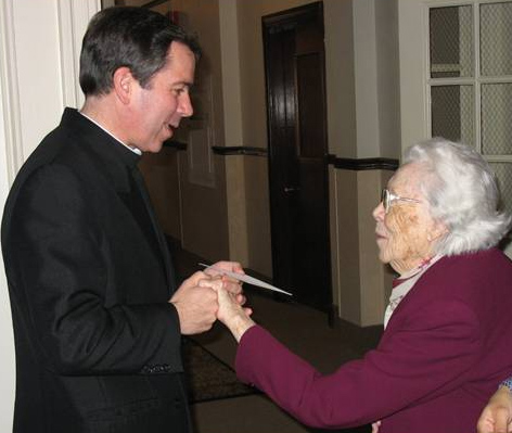 El P. Álvaro saluda a Mrs. Mee en una visita al centro de formación de las consagradas del<i> Regnum Christi</i>.