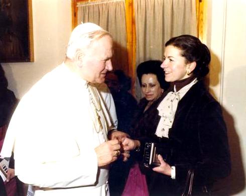 La Srta. Mari Carmen saluda a Juan Pablo II en Roma.