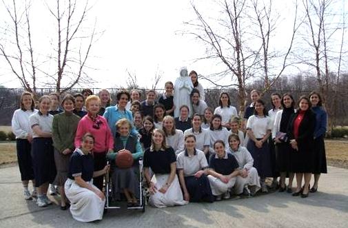 Las señoritas del centro de formación de Rhode Island, USA, acompañaron en todo momento a Mari Carmen (en la foto en silla de ruedas) durante su enfermedad.