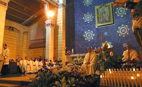 De derecha a izquierda: P. Fidel Quiroz, anterior párroco; Mons. Benedetto Tuzia, obispo auxiliar de Roma y el nuevo párroco.