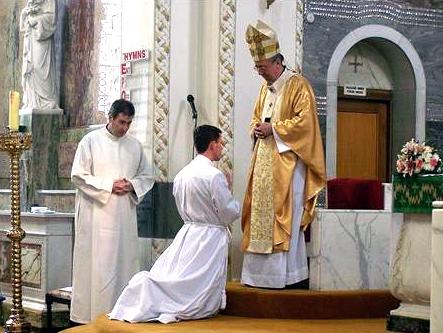 Mons. Diarmuid Martin antes de imponer las manos al P. Darren Brennan, L.C.