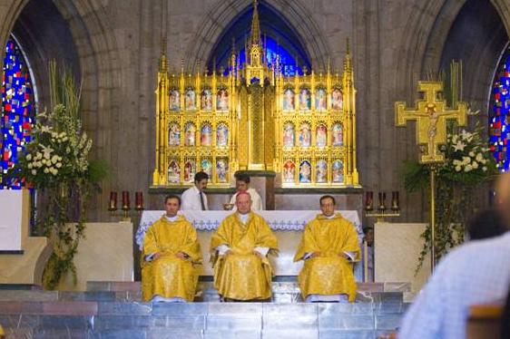 Mons. Pedro Pablo Elizondo, L.C. ordenó diáconos a Pedro Castañeda (derecha) y Noel Quezada (izquierda), L.L.C.C. en Guadalajara (México).